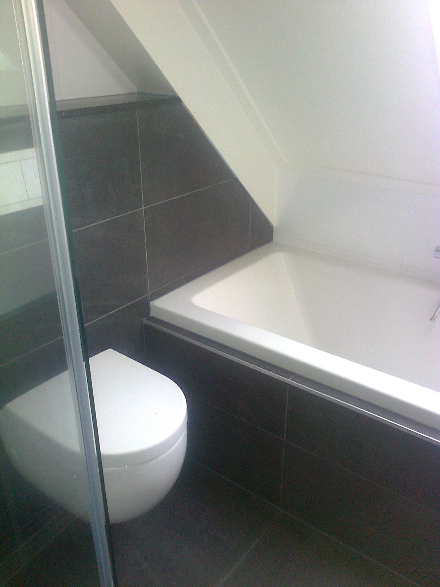 Badkamer met ligbad en toilet - Timmer- en Klussenbedrijf H. Driesen